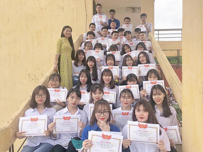 """""""Lớp học người ta"""" – Vừa học giỏi lại vừa xinh đẹp đã thu hút sự chú ý từ phía cộng đồng mạng trong vài giờ qua. Ảnh: Thảo Lila/Group Trường Người Ta"""