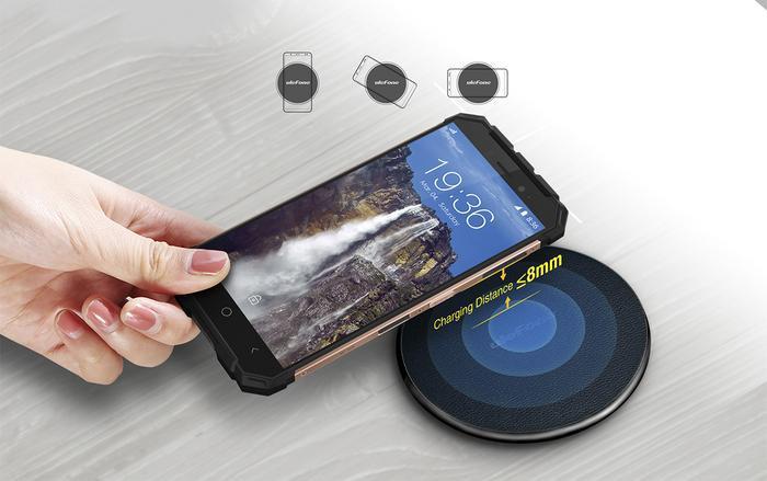 Khi sử dụng sạc không dây, bạn nên để smartphone tiếp xúc đúng vị trí của lõi sạc và đừng quên tháo bỏ ốp lưng. (Ảnh: Ulefone)