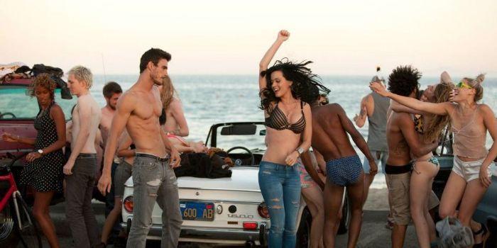 Josh Kloss – Nam diễn viên từng tham gia MV Teenage Dream của Katy Perry bất ngờ lên tiếng tố cáo nữ ca sĩ vì hành vi quấy rối tình dục.