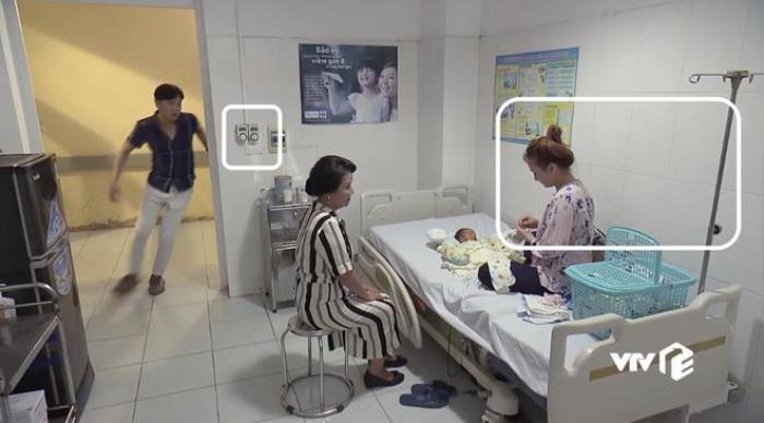 Trong khi đó, căn phòng nằm của cu Bon lại sơ sài hơn hẳn. Mọi thứ trong phòng đều bằng sắt. Điều hòa chắc chắn là không có, vì trên tường ,chúng ta thấy những cái nút vặn để điều khiển… quạt trần. Cu Bon dù đang là nằm tạm để theo dõi, nhưng không có nghĩa là một đứa trẻ sơ sinh có thể nằm ở một nơi không có đầy đủ các trang thiết bị tối tân để theo dõi sức khỏe của bé.