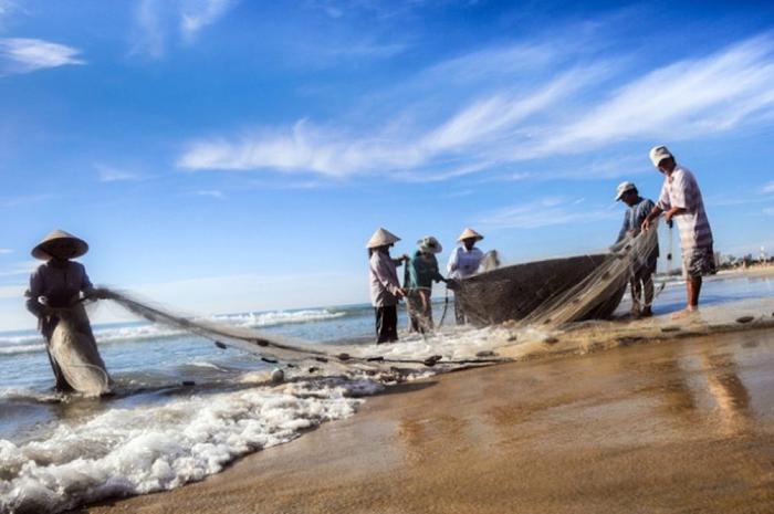 Hỏi ý kiến người dân địa phương, ngư dân, người hướng dẫn du lịch để biết các địa điểm tắm an toàn. (Ảnh: Internet)