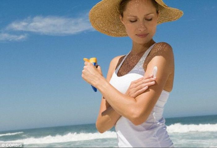 Du khách cần chuẩn bị kem chống nắng, mũ rộng vành, kính râm mỗi khi du lịch biển. (Ảnh: CORBIS)