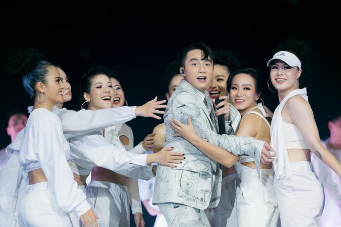 Với siêu hit trăm triệu view Hãy trao cho anh trên sân khấu, Sơn Tùng M-TP đầu tư tái hiện khung cảnh cung điện xa hoa y hệt trong MV khiến nhiều khán giả choáng ngợp.