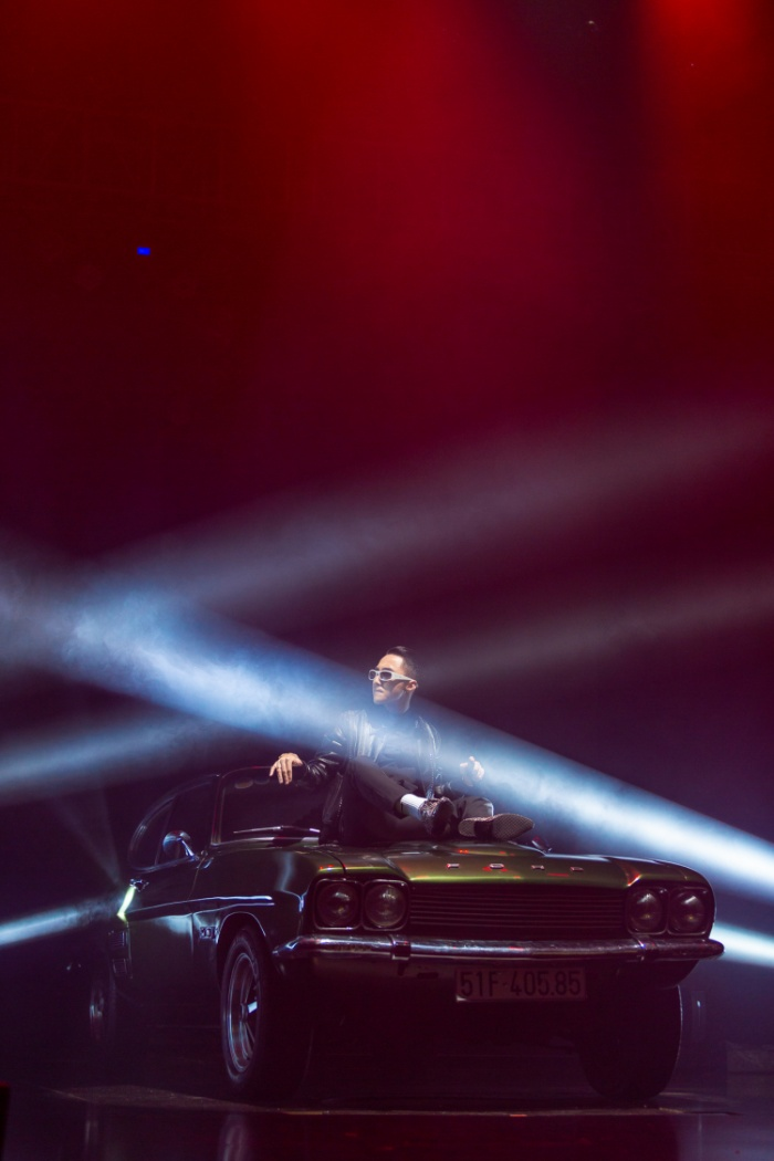 Phần dàn dựng cho tiết mục mở màn gây ấn tượng mạnh mẽ với toàn bộ hệ thống ánh sáng tập trung di chuyển theo từng bước nhảy tự do của nam ca sĩ.