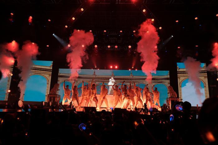 Sơn Tùng M-TP đầu tư tái hiện khung cảnh cung điện xa hoa y hệt trong MV khiến nhiều khán giả choáng ngợp giữa một bữa tiệc âm nhạc Latin sôi động, nóng bỏng.