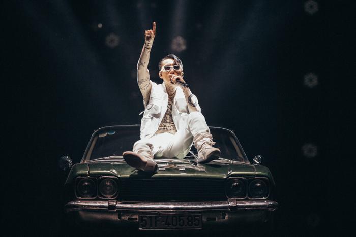 Luôn biết cách làm fan phải bất ngờ với diện mạo của mình, tại Sky Tour 2019 Hà Nội, Sơn Tùng xuất hiện trên sân khấu với tạo hình cực ngầu khi diện áo body có họa tiết hình xăm, kết hợp cùng áo khoác ghi-le và quần jean trắng.
