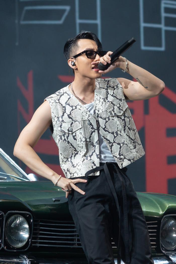 Với đêm diễn thứ 2 của Sky Tour 2019 tại Đà Nẵng, Sơn Tùng M-TP gây bất ngờ với hình ảnh hoàn toàn mới. Không còn để kiểu tóc chải ngược quen thuộc, nam ca sĩ rũ tóc mái, mặc áo sát nách vừa cá tính, trẻ trung.