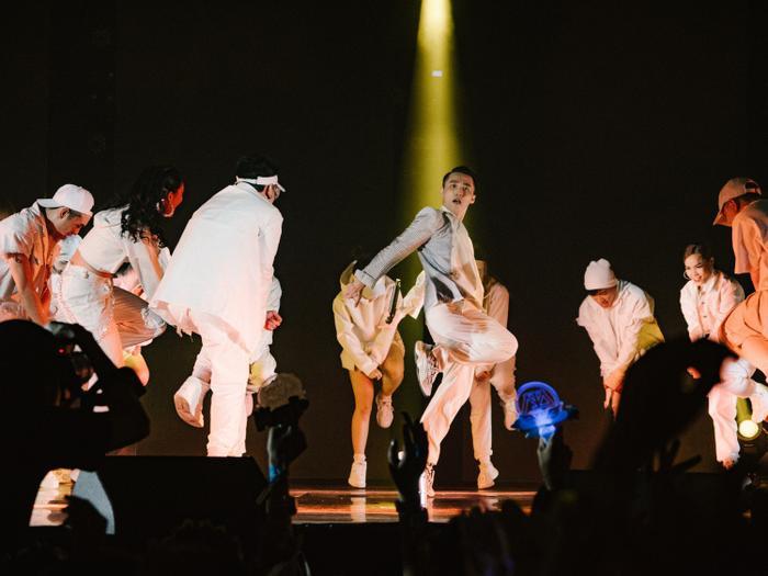 Bên cạnh đó, nam ca sĩ cũng mang đến nhiều tiết mục kết hợp dàn dựng vũ đạo hoành tráng trên sân khấu để tạo sự biến hóa liên tục qua mỗi tiết mục.
