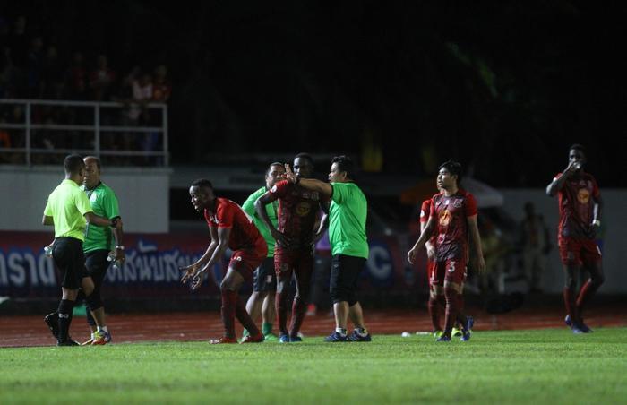 Tuy nhiên đúng vào lúc đối thủ đang bận đôi co với trọng tài, cầu thủ của Buriram đã thực hiện pha đá phạt nhanh và kết thúc bằng tình huống Nacer Barazite lốp bóng qua đầu thủ môn đối phương, mở tỉ số trận đấu.