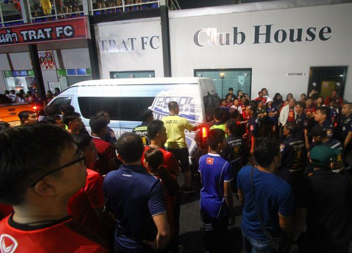 Việc tụ tập gây sức ép lên trọng tài, bao vây, đập phá xe bus của quan chức, đội bóng đối thủ, gây mất an toàn cũng khiến đội bóng bị phạt từ 30.000 đến 60.000 baht (tương đương 22,5 triệu đến 45 triệu đồng).