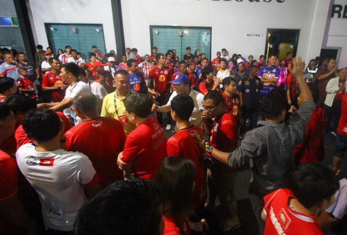 Ngoài ra, trong trường hợp đội trưởng đội bóng kêu gọi đồng đội bỏ ra ngoài để phản đối quyết định của trọng tài cũng khiến cầu thủ này bị phạt từ 10.000 đến 30.000 baht (tương đương 7,5 triệu đến 22,5 triệu đồng), kèm theo án treo giò 2 trận.