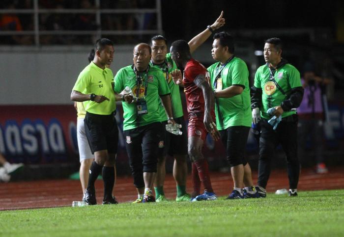 Việc Buriram tổ chức đá phạt nhanh khi bóng chưa ở trong trạng thái tĩnh, vẫn lăn khiến cho phía Trat FC phản ứng dữ dội và bỏ ra ngoài sân, không tiếp tục thi đấu.