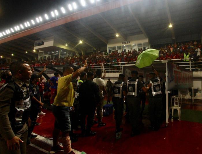 Tình huống này khá giống với bê bối của bóng đá Việt Nam khi các cầu thủ Long An vì phản đối quyết định thổi penalty cho TP.HCM của trọng tài nên đã bỏ ra ngoài, sau đó trở lại sân đứng im không thi đấu, để mặc đối phương ghi bàn.