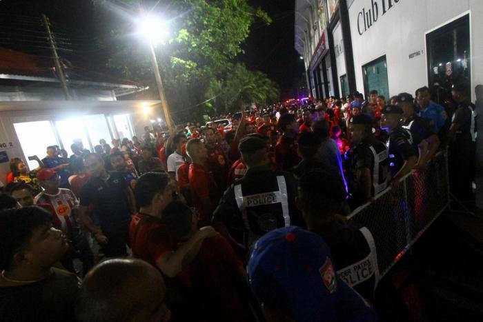 Trở lại với trận đấu giữa Trat FC và Buriram United, sau khi thổi còi hết giờ, tổ trọng tài điều khiển trận đấu đã phải nhờ đến sự hộ tống của nhân viên an ninh mới có thể rời khỏi sân, trước sự phản ứng dữ dội của các CĐV Trat FC.