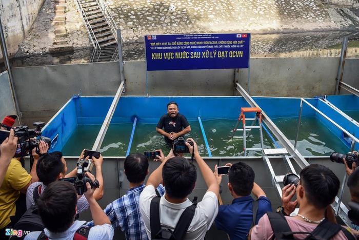 Theo ông Côn, việc nước sông tắm được chưa chứng minh được là nước sạch. Ảnh: Việt Linh