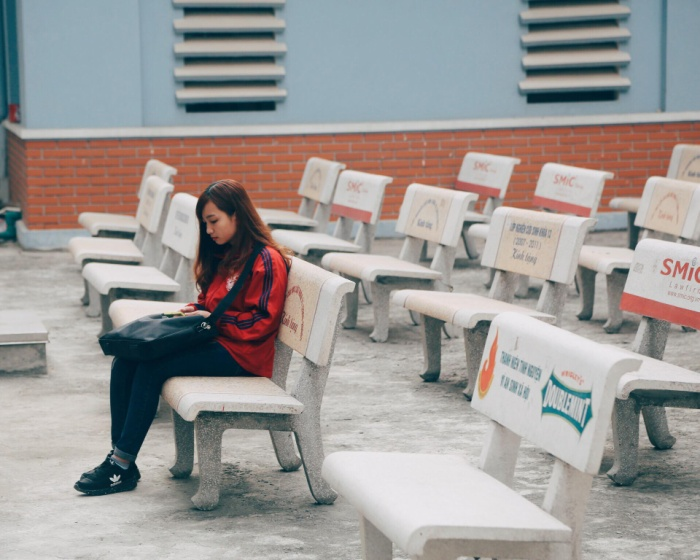 Hàng ghế đáthích hợp cho sinh viên đến đây thư giãn, nghỉ ngơi sau những giờ học căng thẳng, thỉnh thoảng là nơi lý tưởng cho nhiều cặp đôi hẹn hò lãng mạn.