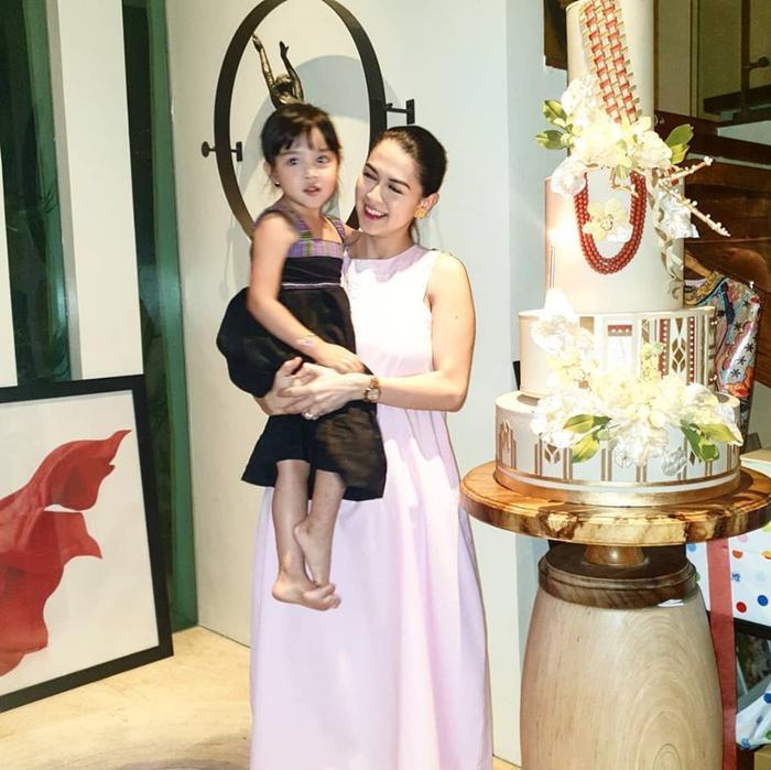 Trong khi mọi người hát chúc mừng sinh nhật dành cho Marian thì Zia đã chạy đến lao vào vòng tay của mẹ và trao cho mẹ của mình những nụ hôn đầy ngọt ngào