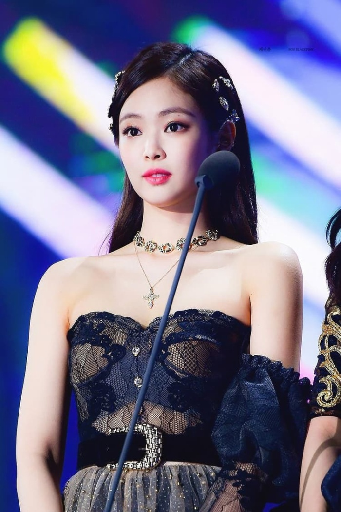 Bờ vai 90 độ của Hương Giang và Jennie giống hệt nhau.