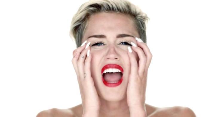 Lúc Miley Cyrus thu âm ca khúc Wrecking Ball cũng là thời điểm mối quan hệ của cô với Liam Hemsworth đang gặp trục trặc.