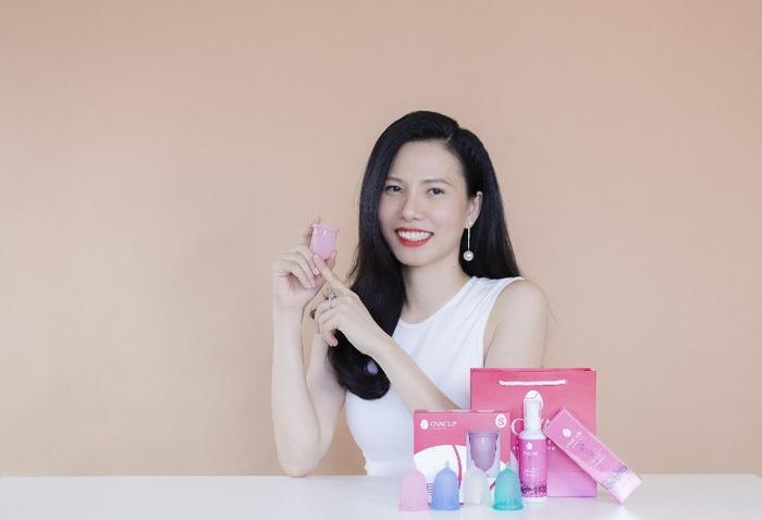 CEO Hồng Vũ bên các sản phẩm của công ty TNHH Ova Việt Nam.