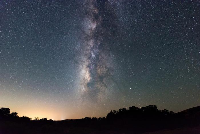 Nhiếp ảnh gia Sergio Garcia Rill bắt lại được một vệt sao băng cùng Dải Ngân Hà trên bầu trời Công viên Enchanted Rock, bang Texas. Đây là một trong những địa điểm rất thích hợp để quan sát bầu trời đêm. Ảnh: Sergio Garcia Rill