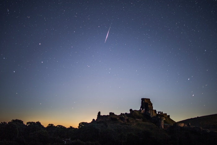 Mưa sao băng Perseid xuất hiện rực rỡ trên bầu trời Lâu đài Corfe, Wareham, Vương Quốc Anh. Ảnh: AFP