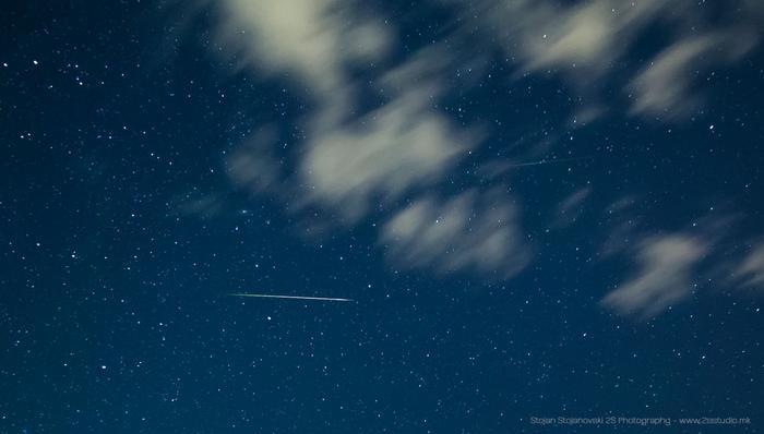 Nhiếp ảnh gia Stojan Stojanovski ở Ohrid, Macedonia bắt được khoảnh khắc vệt sao băng của trận Perseid vượt qua thiên hà Andromeda đang khép mình ở những đám mây. Ảnh:Stojan Stojanovski