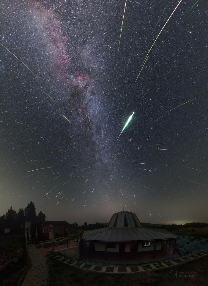 Tại Công viên Quan sát bầu trời Poloniny ở Slovakia, ngay bên trên Đài thiên văn Kolonica, nhiếp ảnh gia Petr Horálek đã thức trắng đêm để thực hiện tác phẩm ấn tượng này. Ảnh:Petr Horálek