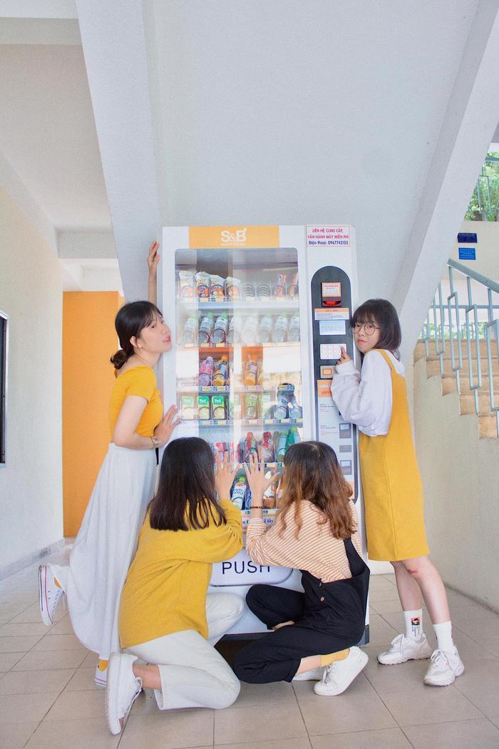 5. Chiếc máy bán nước tự động: Chiếc máy bán nước tự động tọa lạc tại giảng đường A. Như các bạn cũng thấy, dù đơn giản nhưng lên hình thì cực chất.