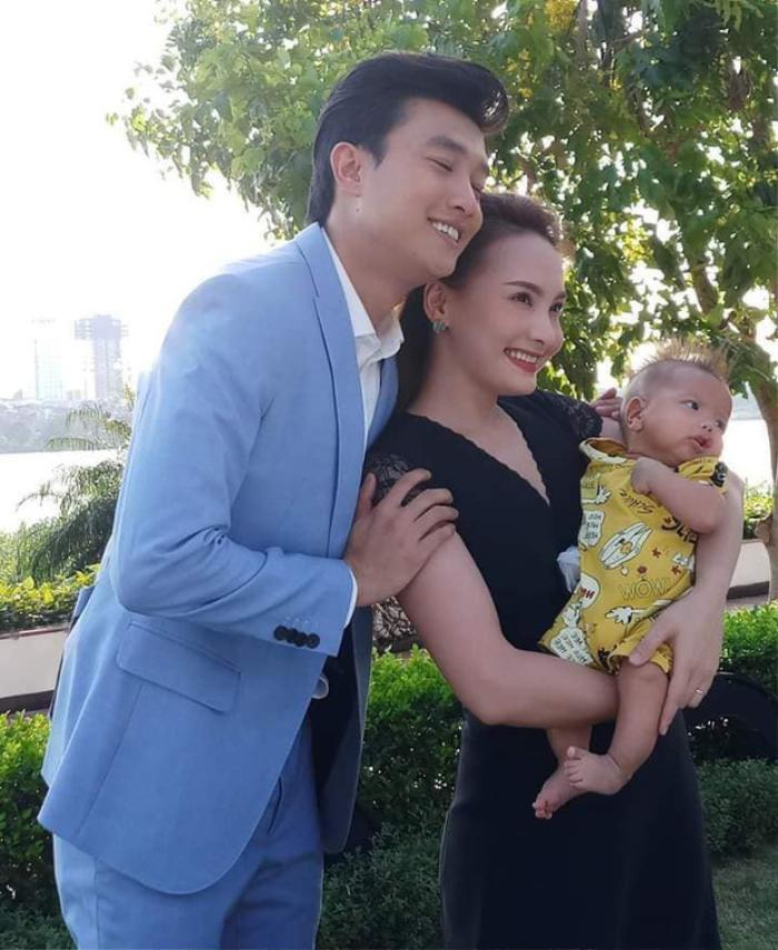 Củ gừng chụp ảnh cùng bố Vũ, mẹ Thư.