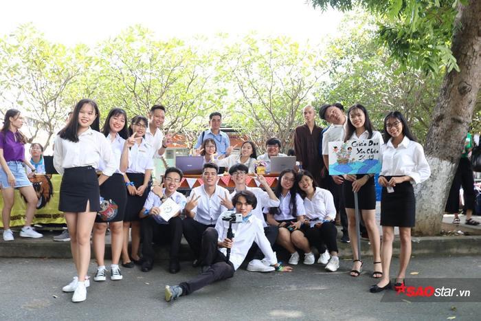 Khoa Giáo dục bố trí đội tình nguyện viên tiếp đón tân sinh viên nhập học.
