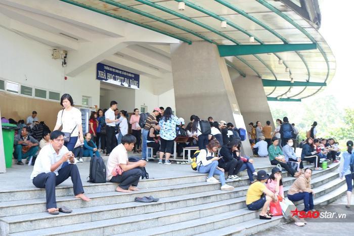 Phía bên ngoài Nhà thi đấu, rất nhiều phụ huynh ngồi đợi con em khám sức khỏe.