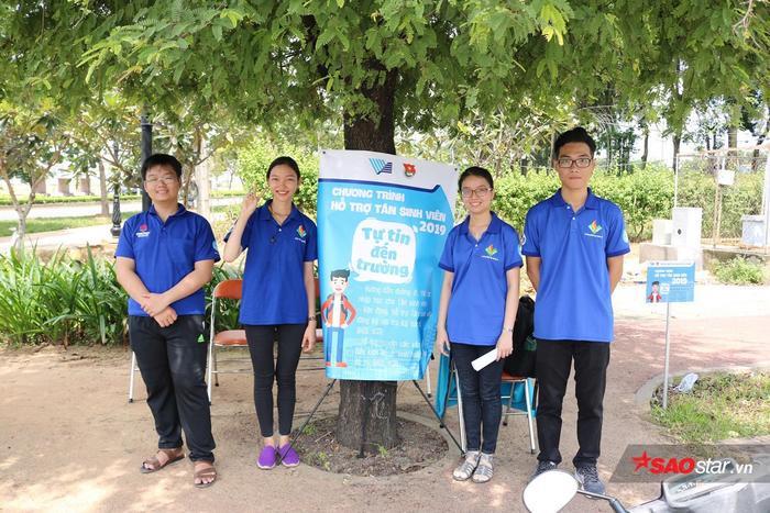 Các Tình nguyện viên hướng dẫn và giúp đỡ các bạn tân sinh viên làm thủ tục nhập học