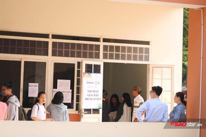 Các bảng hướng dẫn được dán ở nhiều vị trí, phục vụ cho tân sinh viên và quý phụ huynh.