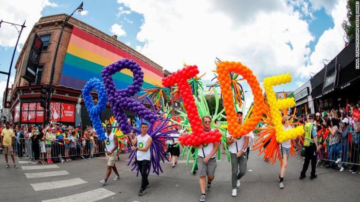 Những người tham gia cuộc diễu hành dành cho người đồng tính Pride Parade ở Chicago, năm 2017.