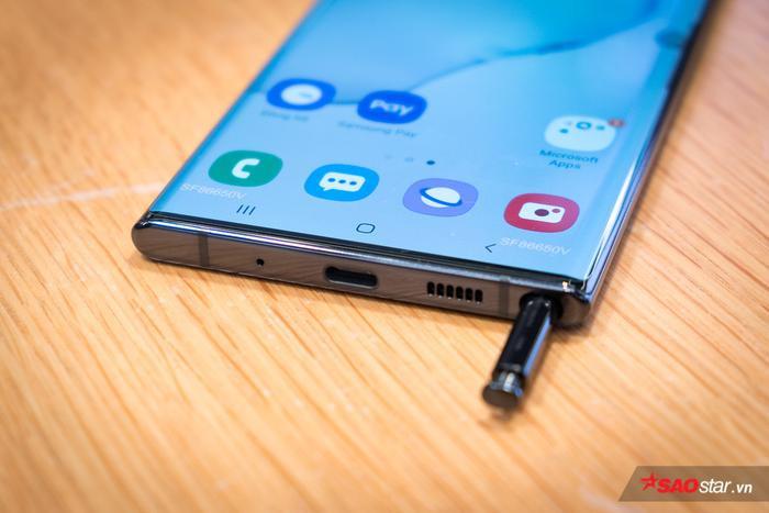 Một trong những thay đổi cũng đáng chú ý trên dòng Galaxy Note năm nay đó là việc loại bỏ nút bấm cứng Bixby và loại bỏ cổng tai nghe 3.5mm mà thay vào đó, tai nghe sẽ thông qua cổng USB Type-C.