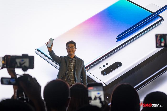 Hệ thống camera lần này sử dụng cụm camera lần lượt là 16 MP, một camera góc rộng và một camera có khả năng zoom quang học 5X, thay vì chỉ 2X trên thế hệ năm ngoái. Hệ thống camera mới của Galaxy Note10 có khả năng biến đổi 3 khẩu độ, f/1.5, f/1.8 và f/2.4.