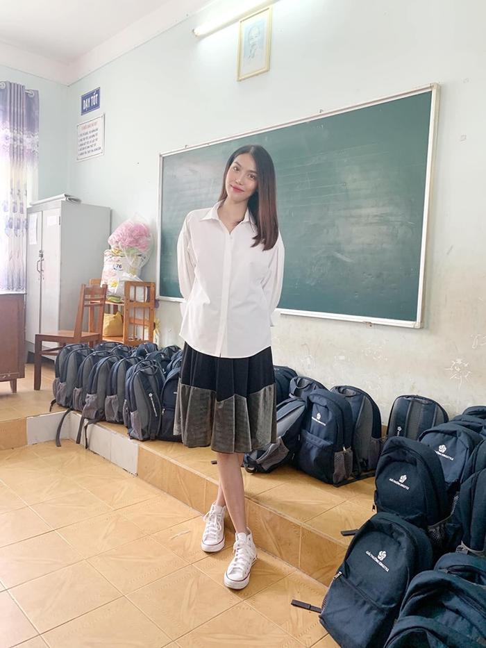 Đang mang thai nhưng Lan Khuê vẫn xinh đẹp và trẻ trung như học sinh