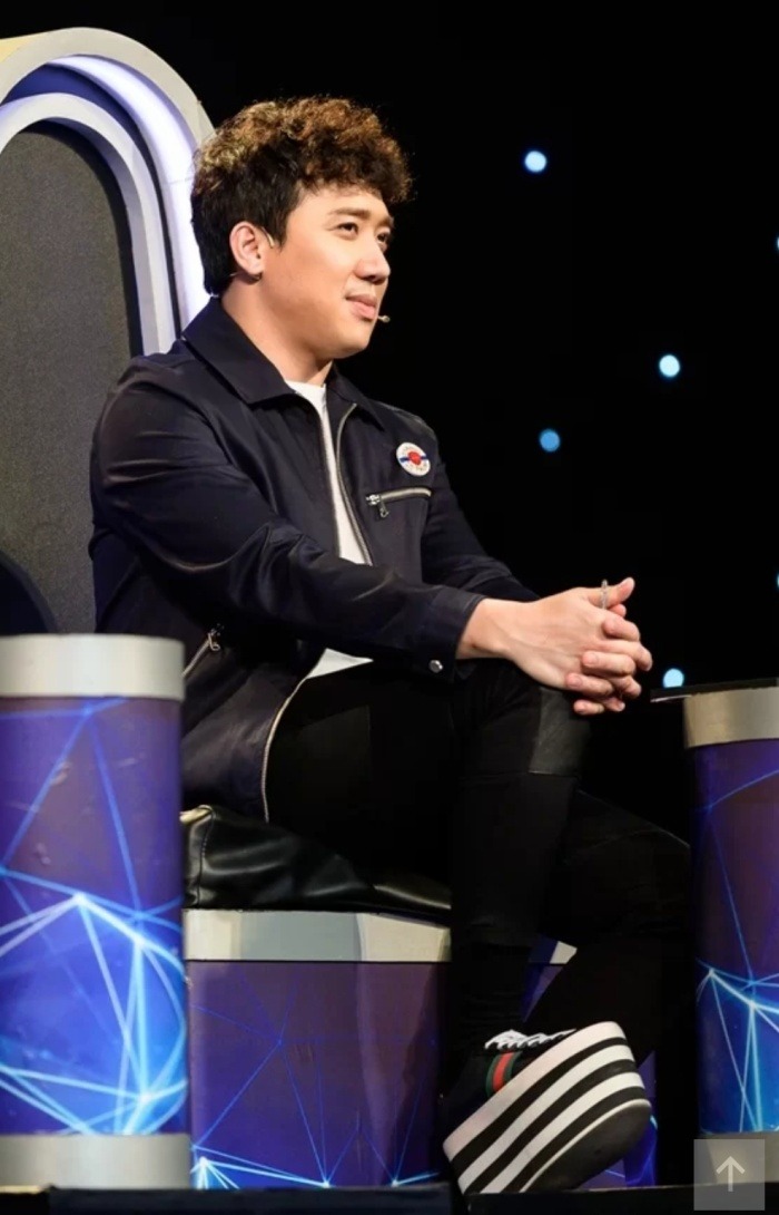 Diện bộ cánh đơn sắc, Trấn Thành gây chú ý khi mang đôi giày độn kẻ sọc của Gucci làm điểm nhấn.