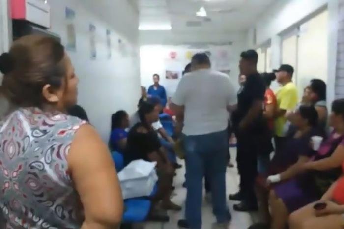 Người thân của vợ chồng anh Manuel cũng tới bệnh viện để tạo sức ép cho bệnh viện.