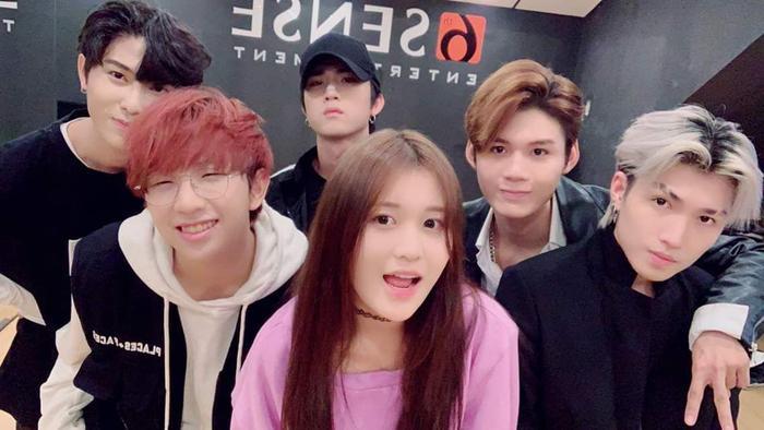 Cô nàng Han Sara có mối quan hệ thân thiết với đàn anh Uni5.