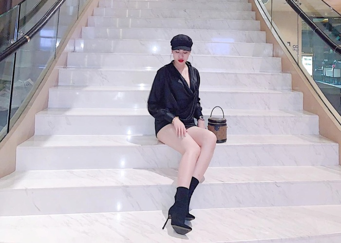 Người đẹp Sài Thànhcó thói quen sử dụng hàng hiệu. Cô thường xuất hiện trong trang phục của các thương hiệu nổi tiếng, chứng tỏ mức độ chịu chi của mình.Chiếc túi xách hiệu LV cannes trong bức ảnh có giá tầm 55 triệu đồng.