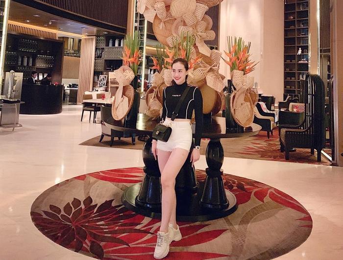 Trẻ tuổi, xinh đẹp và giàu có là những gì người ta hay nhắc đến Thảo Mi. Trên trang cá nhân, hot girl này xuất hiện tại nhiều địa điểm du lịch nổi tiếng, sử dụng đồ hiệu đẳng cấp.