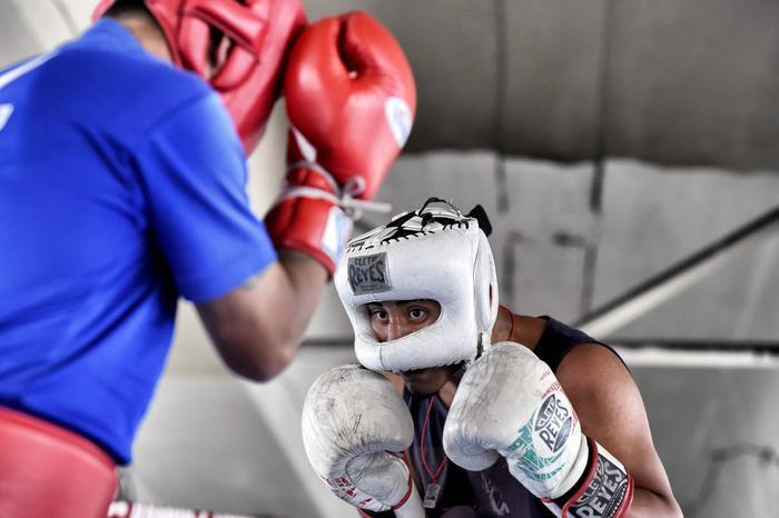 Cựu võ sĩ Miguel Ramirez đang vừa đấu thử, vừa hướng dẫn cho một học viên trong buổi tập.