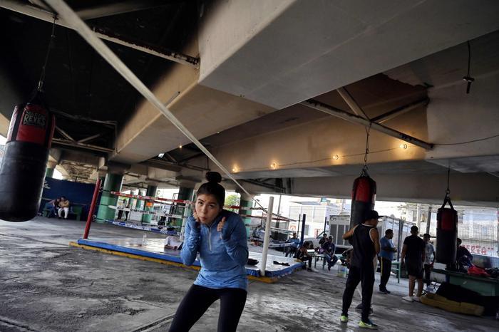 Một cô gái tham gia phòng tập và ôm trong mình giấc mộng trở thành võ sĩ chuyên nghiệp. Câu lạc bộ của Ramirez không tính tiền, ông tự bỏ tiền túi để mua trang thiết bị và duy trì hoạt động.