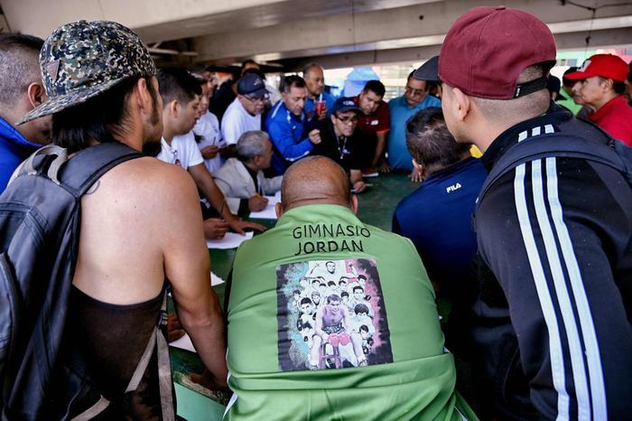 Sau những buổi tập luyện, võ đài ở Ramirez Gym trở thành nơi thượng đài tỉ thí của học viên từ các phòng tập khác trong khu vực. Trong ảnh, các huấn luyện viên đang đăng ký danh sách các võ sĩ theo từng hạng cân.
