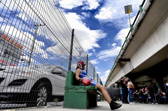Bên ngoài đám đông đang phấn khích theo dõi trận đấu, một nữ boxer đang nghỉ ngơi sau ván đấu của cô.