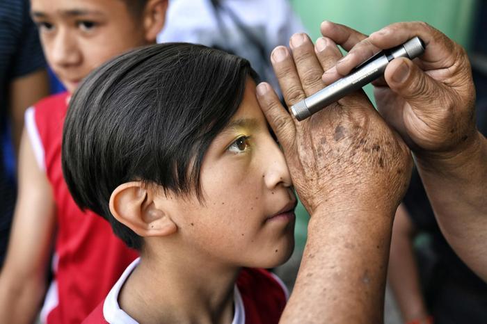 Cậu bé Oscar Mexicano được kiểm tra thị lực và nhiều bài kiểm sức khỏe khác trước khi thượng đài.