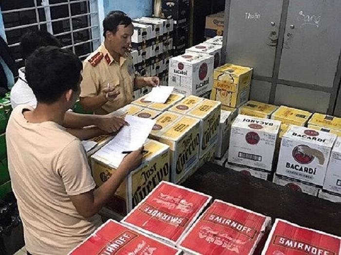 Bị CSGT yêu cầu dừng xe, tài xế chở hơn 4.000 chai bia, rượu lậu bỏ chạy trên quốc lộ. Ảnh: VTC News