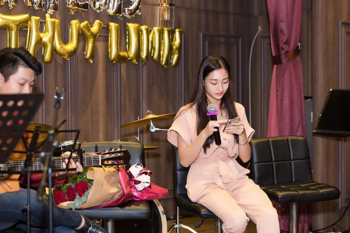 … Lương Thùy Linh dành tặng các khách mời đặc biệtca khúc acoustic.